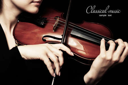 violinista: Violinista que toca el viol�n sobre fondo oscuro