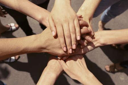 Mãos unidas close-up Imagens