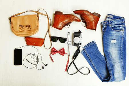 стиль жизни: Натюрморт случайные женщина. Женщина одежда и аксессуары на деревянных фоне Фото со стока