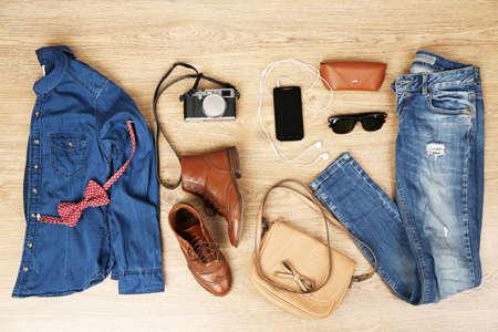 casual clothes: Todav�a la vida de la mujer casual. Ropa de mujer y accesorios sobre fondo de madera