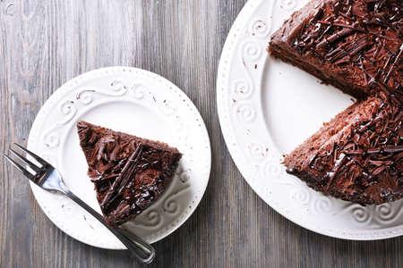 pastel cumpleaños: Torta de chocolate sabrosa rebanada en mesa de madera