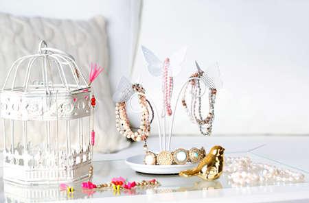 宝石類および宝石類の部屋のテーブルの上に飾り台 写真素材