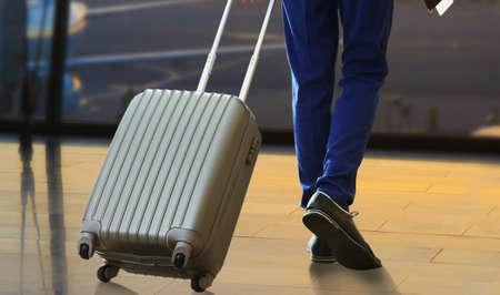 maleta: Hombre de negocios con la maleta en el pasillo del aeropuerto Foto de archivo