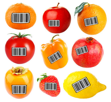codigos de barra: frutas y verduras frescas con códigos de barras aisladas en blanco