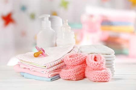 Accesorios para bebés en la mesa de luz de fondo