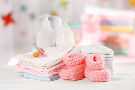 Dětské doplňky na stůl na světlém pozadí
