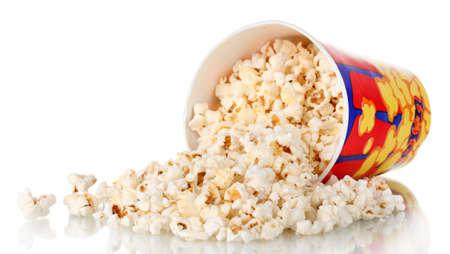 popcorn: cubo lleno de palomitas de ma�z dejados caer aislado en blanco