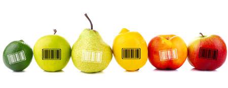 codigos de barra: Surtido de frutas jugosas con códigos de barras aislado en blanco