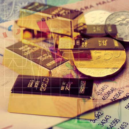 signos de pesos: Concepto de dinero con monedas, lingotes de oro