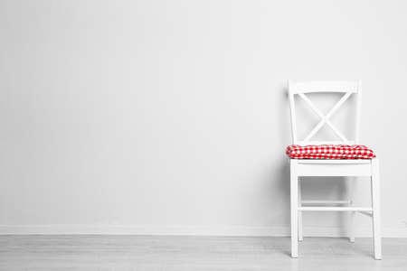 Moderne Sessel mit Kissen auf weiße Wand Hintergrund Standard-Bild - 43966038