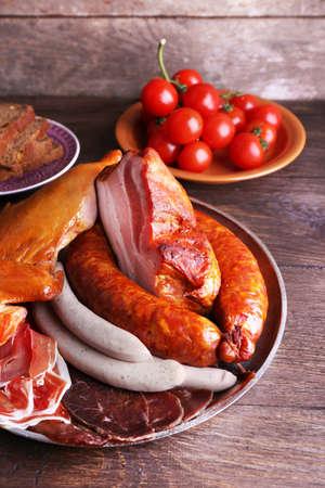 carnes: Surtido de embutidos en el fondo de madera