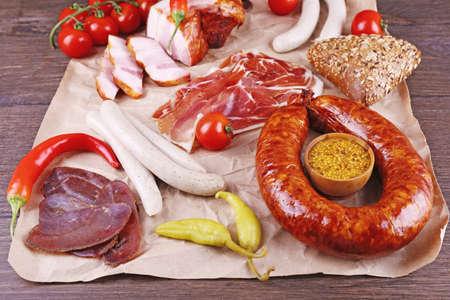 carnes: Surtido de embutidos en pergamino, de cerca