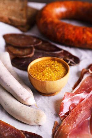 carnes: Surtido de embutidos en el fondo de pergamino