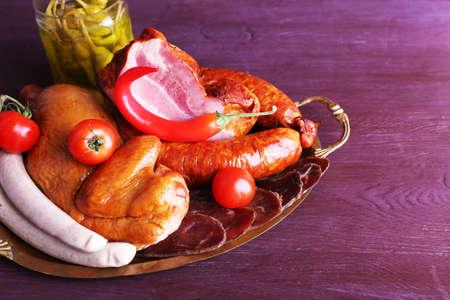 carnes: Surtido de embutidos en la bandeja de metal en el color de fondo de madera Foto de archivo