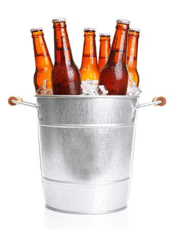 cerveza: Las botellas de vidrio de cerveza en cubo de metal aisladas en blanco Foto de archivo