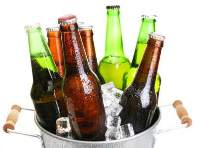 bebidas alcohÓlicas: Las botellas de vidrio de cerveza en cubo de metal aisladas en blanco Foto de archivo