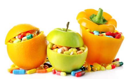 witaminy: Pomarańczowe owoce, jabłko i dzwon pieprz i kolorowe pigułki, na białym tle