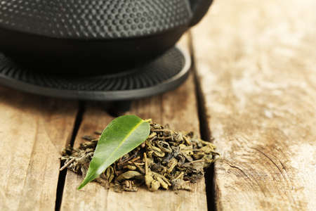 traditional chinese medicine: Green tea with leaf on old wooden table Foto de archivo