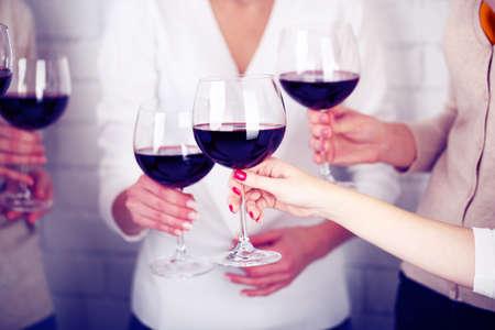 tomando vino: Manos de mujer con copas de vino de cerca Foto de archivo