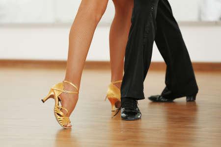 romance: Pés Womanish e masculinos bonitos em ativo dança de salão, dentro de casa Banco de Imagens