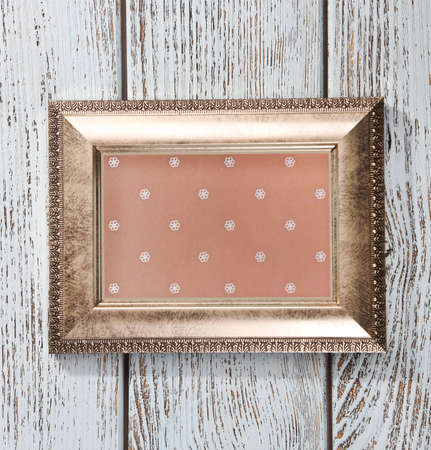 vecchia cornice: Old frame on wooden background
