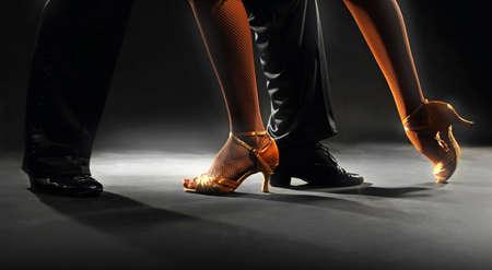 baile latino: Socios Pies sobre fondo negro Foto de archivo
