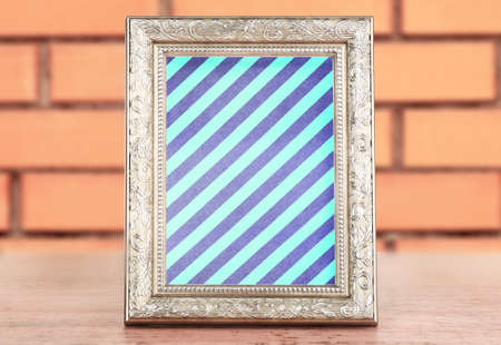 vecchia cornice: Old frame with striped canvas on brick wall background