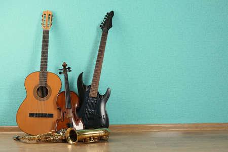 papel tapiz turquesa: Instrumentos musicales en el fondo del papel pintado de color turquesa Foto de archivo