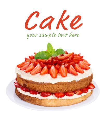 cake: Pastel de galleta deliciosa con fresas aisladas en blanco