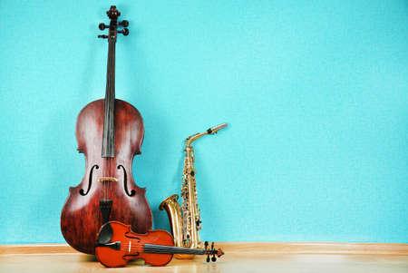 azul turqueza: Instrumentos musicales en el fondo del papel pintado de color turquesa Foto de archivo