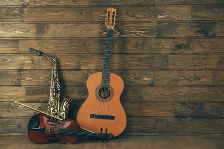 Muziekinstrumenten op houten planken achtergrond