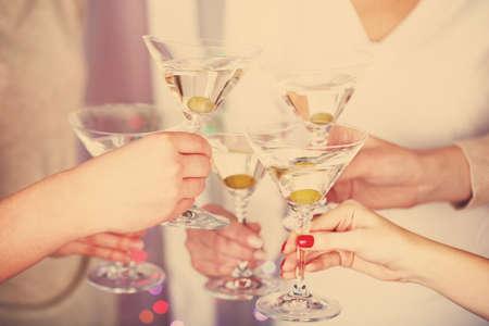 brindisi spumante: Mani di donna con bicchieri di champagne