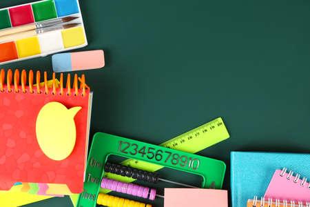utiles escolares: �tiles escolares brillantes en fondo de la pizarra Foto de archivo
