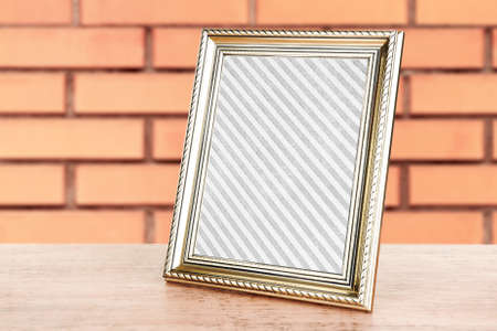 vecchia cornice: Old frame standing on table on brick wall background