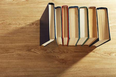 Oude boeken op houten tafel, bovenaanzicht Stockfoto
