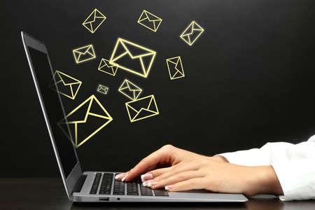 letter envelopes: Concepto de correo electr�nico con el port�til y manos