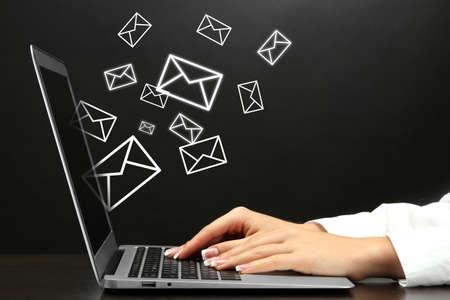 mercadeo en red: Concepto de correo electr�nico con el port�til y manos