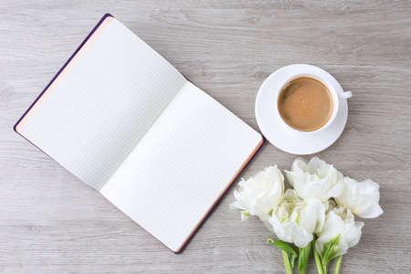 tulipan: Piękne tulipany z pamiętnika i filiżanka kawy na drewnianym stole, widok z góry Zdjęcie Seryjne
