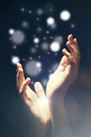 인간의 손에 어둠, 기적 개념의 빛