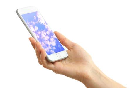 Ruka držící mobilní chytrý telefon s oblohou na obrazovce. Cloud computing concept