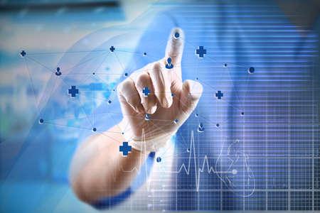 Médecine médecin travaillant avec un ordinateur moderne interface.Modern technologies médicales notion