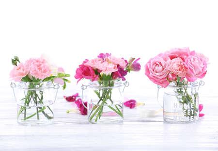 luz natural: Beautiful spring flowers in glass bottles Foto de archivo