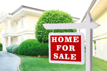 不動産の販売の新しい家の前に署名します。 写真素材 - 46118737