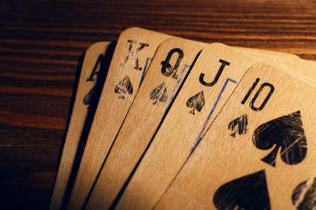 cartas poker: Jugar a las cartas en la mesa de madera, de cerca
