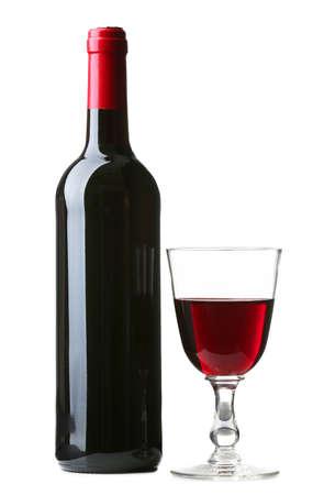bouteille de vin: Bouteille de vin avec un verre isolé sur blanc