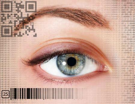 ojo humano: Ojo humano con los c�digos integrados Foto de archivo