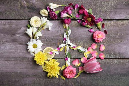 flores moradas: S�mbolo de paz de las flores hermosas, en mesa de madera Foto de archivo