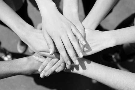 comunidad: Manos unidas al aire libre. Blanco y negro estilización retro