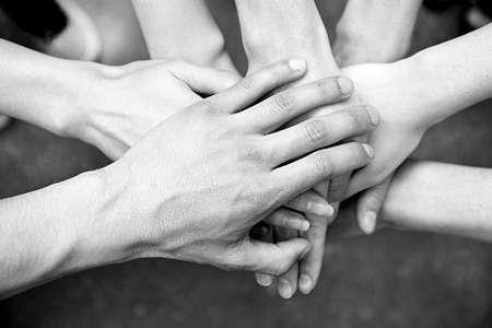 apoyo social: Manos unidas al aire libre. Blanco y negro estilización retro