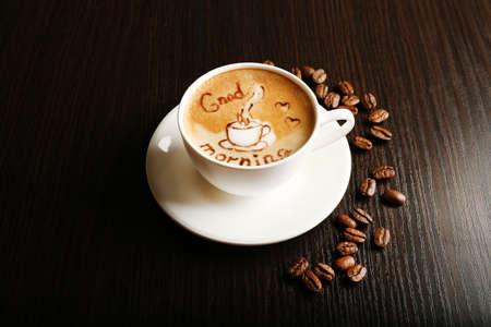 comida rica: Copa del café latte arte con granos en el fondo de madera Foto de archivo